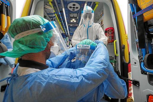 Sanitarios del 061 haciendo una demostración de la colocación de los equipos.