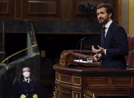 El líder del PP, Pablo Casado, interviene desde la tribuna durante el pleno del Congreso este miércoles donde se autorizará otra prórroga del estado de alarma solicitada por el Gobierno. En Madrid, (España), a 6 de mayo de 2020. - Pool