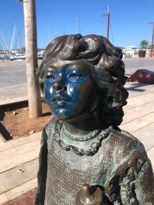 Estropean con pintura azul la cara de la niña del monumento hippy de Vila.