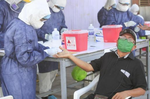 Un ciudadano se somete a una prueba en Perú.