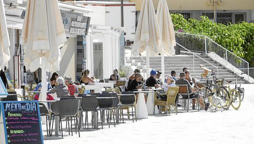 Varias personas toman algo en una de las terrazas que sí abrieron en Ibiza. Foto: DANIEL ESPINOSA