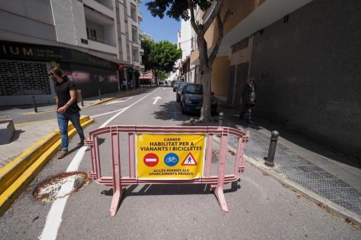 Una calle de Ibiza cerrada al tráfico durante para facilitar la movilidad a los ciclistas y peatones durante los fines de semana.