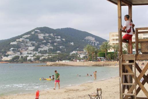 Una imagen de archivo de un socorrista en una de las torres ubicadas en las playas del municipio.