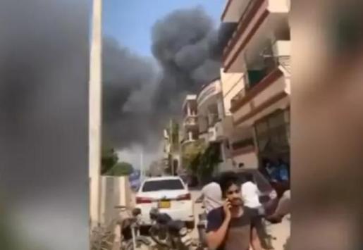 Captura de vídeo tras estrellarse un avión en una zona residencial cerca de Karachi, en el sur de Pakistán - INSTAGRAM DEL DIARIO PAQUISTANÍ DAWN