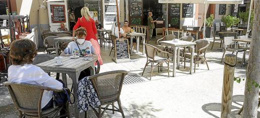 Algunos bares de la Plaza del Parque abrieron ayer por primera vez en la temporada.
