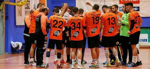 Los jugadores del HC Eivissa escuchan las indicaciones de Eugenio Tilves durante un tiempo muerto.