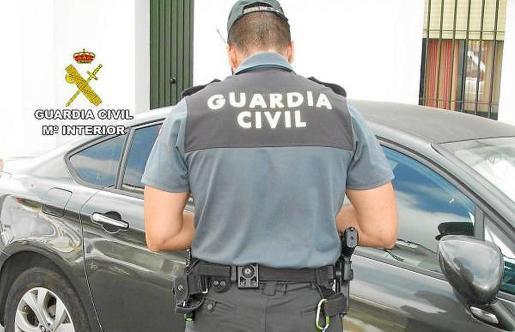Un agente de la Guardia Civil, en plena faena.