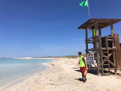 Formentera ya está en marcha. El Servicio de Socorrismo de la pitiusa sur lleva funcionando en la playa de Ses Illetes desde el pasado lunes, cuando la isla entró en la fase 2.