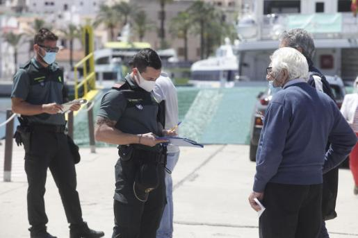 Un control de la Guardia Civil en el puerto de Ibiza.