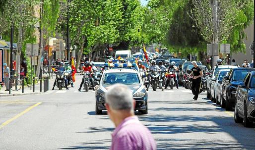 Un ciudadano observa la llegada de la manifestación mientras cruza el paso de cebra.