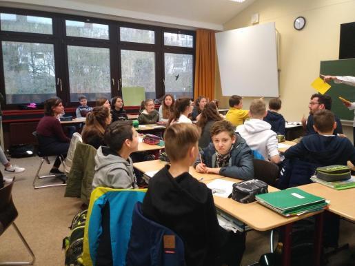 Varios alumnos, en una clase.
