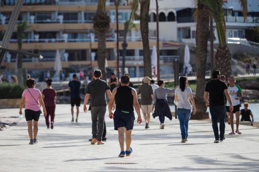 Varias personas pasean por Vila durante la fase 1.
