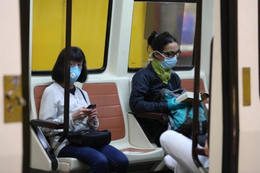 Dos mujeres viajan en el metro.