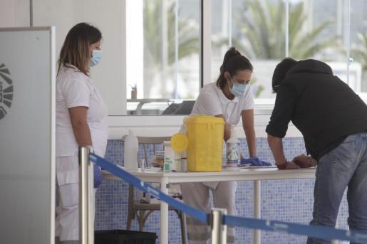 Una persona pasa el test de coronavirus en el puerto.
