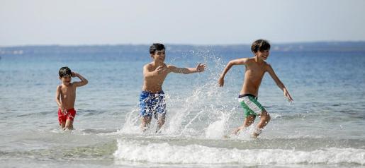 Los niños siempre son los que mejor se lo pasan jugando dentro del agua. Y ayer, después de tanto tiempo, no fue una excepción.