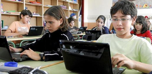 En la imagen de archivo, varios alumnos utilizan ordenadores portátiles en sus actividades académicas.