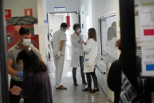 Personal sanitario, en el hospital Son Espases.