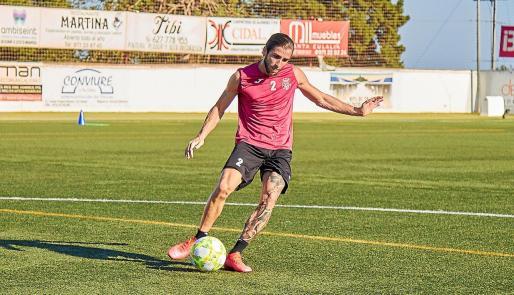 Fernando Andrada golpea el balón durante la sesión de entrenamiento de la Peña Deportiva ayer por la tarde.