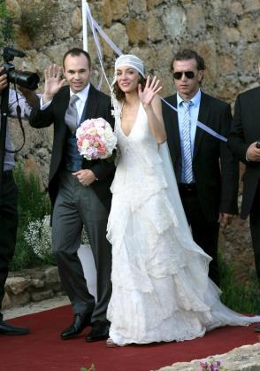 El centrocampista del FC Barcelona, Andrés Iniesta (i), acompañado por su esposa Anna Ortiz durante la boda de ambos.