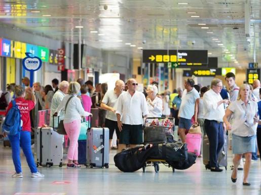 Imagen de archivo de la llegada de turistas al aeropuerto de Ibiza durante el pasado verano.
