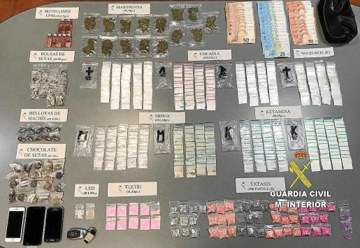 Los agentes intervinieron centenares de dosis de diversas drogas.
