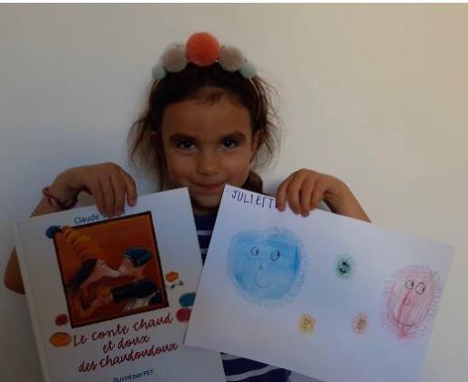 Una alumna del Liceo Francés de Ibiza muestra uno de sus trabajos realizado durante el confinamiento.