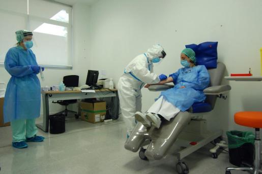 Realización de pruebas diagnósticas de COVID-19 a personal sanitario en el Hospital Mateu Orfila, en Mahón.
