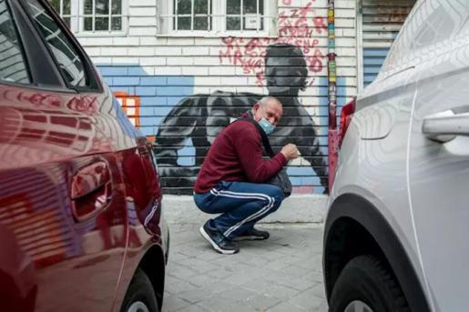 Vecinos realizan una cola para recoger bolsas de comida de la Asociación de Vecinos Parque Aluche. En Aluche, Madrid, (España), a 16 de mayo de 2020. - Ricardo Rubio - Europa Press