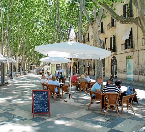 Las terrazas deben garantizar la distancia de dos metros entre mesas y por ello han podido ampliar su espacio. De momento, su clientela es local.