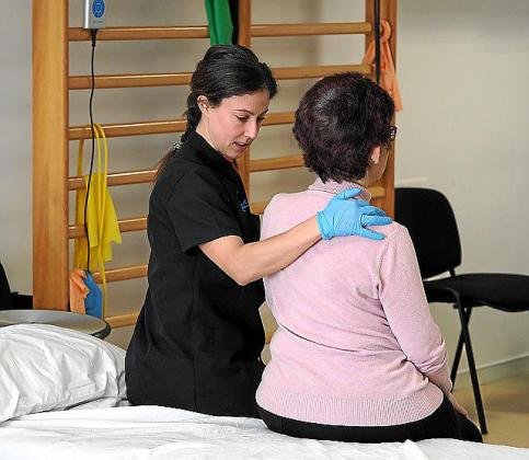 Una trabajadora de Aemif con una usuaria antes de la crisis.