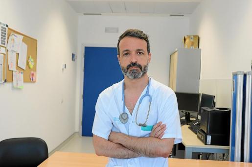Alvaro de Astorza, en su consulta del Neumología del Hospital Can Misses.