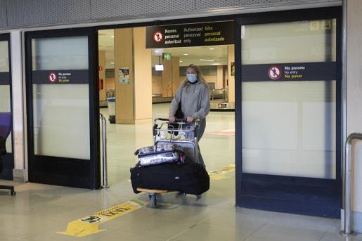 Una pasajera procedente de Düsseldorf (Alemania) a su llegada el pasado 21 de mayo al aeropuerto de Ibiza.