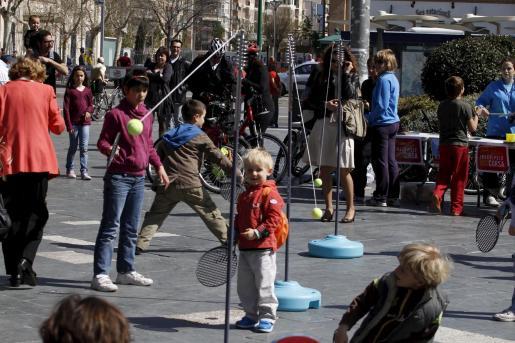 Casi un centenar de participantes, ayer, en el recorrido de la bicifiesta, que continuó con actividades deportivas y lúdicas para los más pequeños en Plaça d'Espanya.