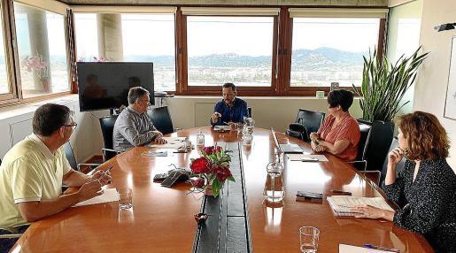 Los alcaldes y concejales de Urbanismo de Vila y Sant Josep ayer en la reunión.