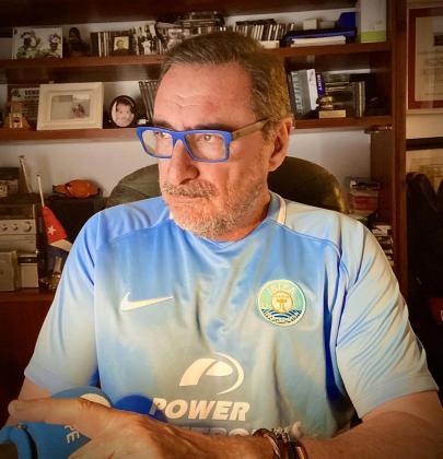 Carlos Herrera luce la camiseta de la UD Ibiza.