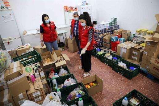 Los voluntarios de la Cruz Roja han redoblado sus esfuerzos durante la actual crisis del coronavirus.