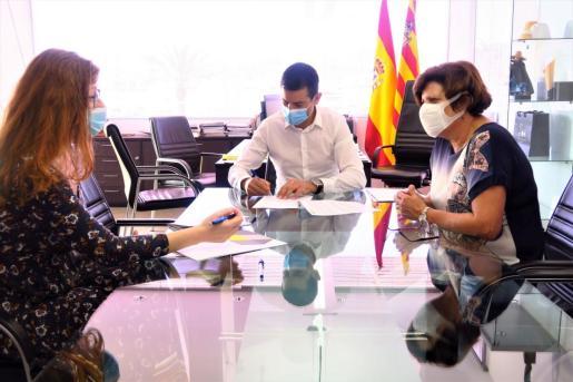 Una imagen de la firma con Fundació Deixalles.