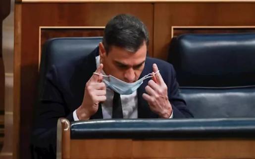 El presidente del Gobierno, Pedro Sánchez, se coloca su mascarilla durante la sesión en la que se ejercerá el control al Gobierno y se tratará la sexta prórroga del estado de alarma por la crisis del Covid-19. En Madrid, (España), a 3 de junio de 2020. - La Vanguardia/POOL - Europa Press