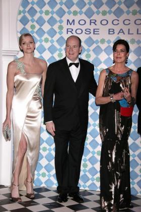 El príncipe Alberto II de Mónaco a su llegada en compañía de su hermana, la princesa Carolina , y de la sudafricana Charlene Wittstock .