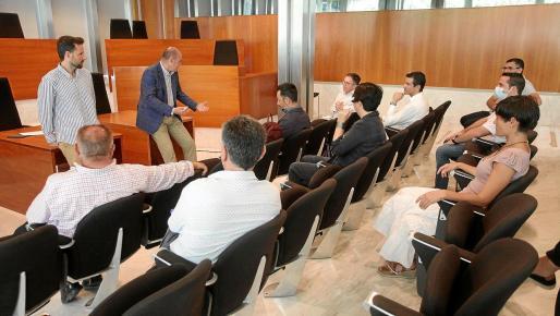 La reunión entre Consell y ayuntamientos se celebró en la sala de plenos para mantener las distancias de seguridad.