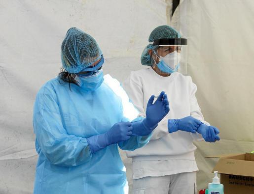 Personal sanitario preparándose para realizar test rápidos en Can Misses.
