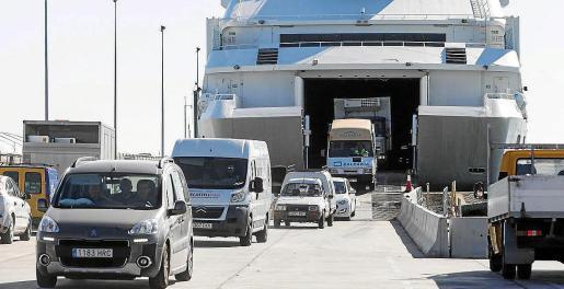 Varios vehículos desembarcan en Formentera.