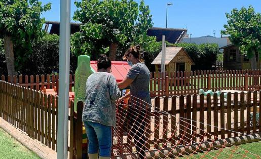 Preparación de la zona de juegos de una de las 'escoletes' que gestiona el Consell d'Eivissa y que abrirá el próximo lunes.