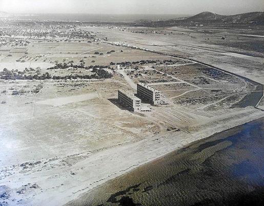 Los dos bloques de apartamentos en una imagen antigua.