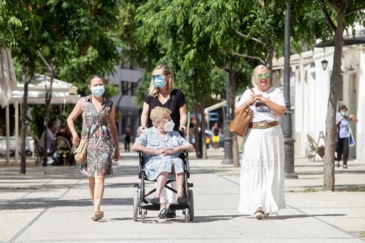 Gente con mascarillas en el paseo Vara de Rey de Ibiza.