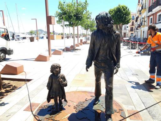Imagen del monumento restablecido por parte de los operarios de Valoriza.