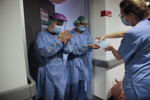 Imagen de un grupo de sanitarios desinfectándose las manos.