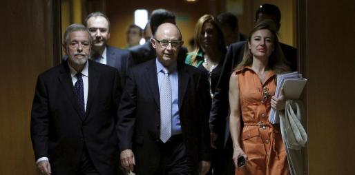 Montoro (c), junto a los secretarios de Estado de Administraciones Públicas, Antonio Beteta, y Presupuestos, Marta Fernández Currás, antes del inicio de la reunión.