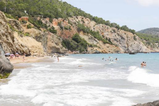 Bañistas en la playa de Aigües Blanques durante la fase 2 en Ibiza.
