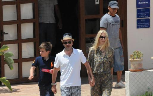 Claudia Schiffer junto a su marido Matthew Vaughn y su hijo mayor.